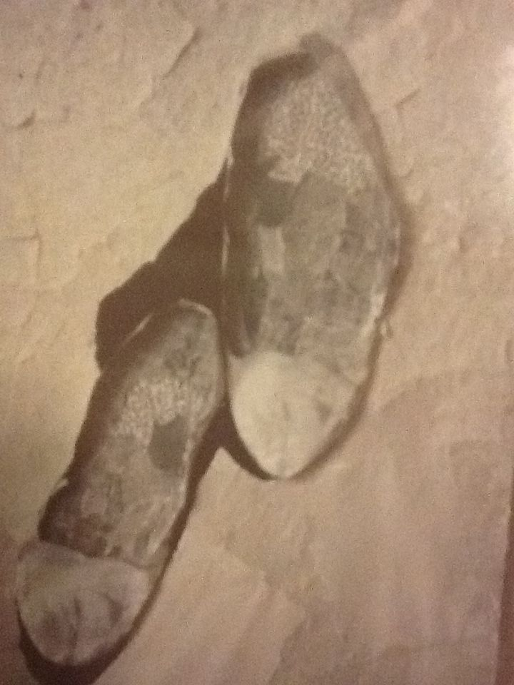 chaussures danse - souvenir : apprendre à danser les rondes de la vie et saisir les courbes avec légèreté...   Collage de Turenne Joseph / Tilarenn