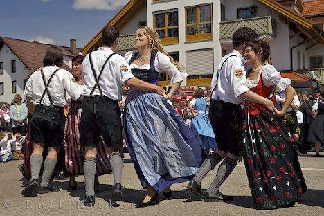 Kadanse tradisyon pèp Almay toujou prezan nan koutim festival ki ale avèk chanjman sezon epi etap lavi a.