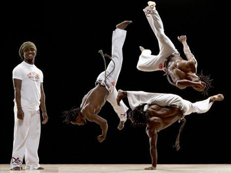 Capoeira: un entraînement original physique, mental et spirituel parmi les plus anciennes coutumes d'arts martiaux pour une mise en forme complète à la puissance danse