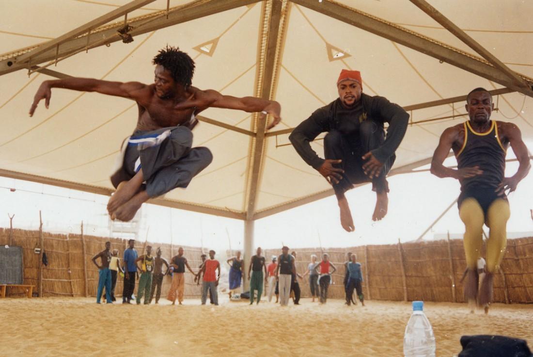 Classe de danse à espace ouvert où la surface est le sable, à L'École des Sables, Toubab Dialaw - Sénégal