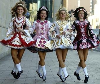 Musique et danse traditionnelle, tradition celte, danseuses d'Irlande | https://www.pinterest.com/artpreneure/celtic-culture/